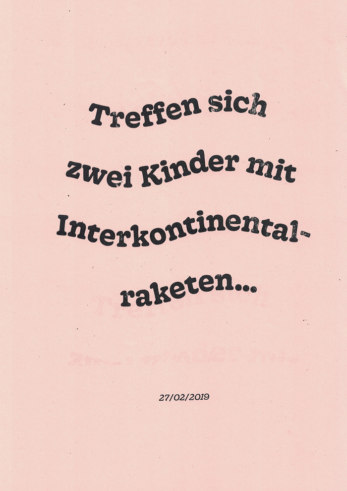 """Treffen sich zwei Kinder mit Interkontinentalraketen … (""""When two children meet with intercontinental missiles …"""") could be the beginning of a good joke, but it was reality. Friendly Gooper, set on a wavy line, on a pink background, underlines the comedy of this meeting between Donald Trump and Kim Jong-Un."""