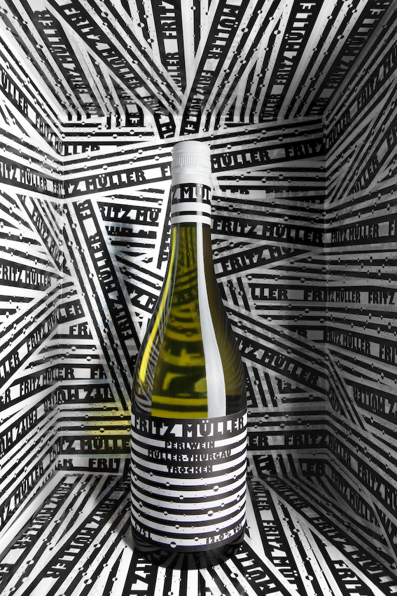 For the striped design for Fritz Müller Perlwein, Timo Thurner was awarded the AveryDennison special prize and a gold medal at the Pentawards 2010, as well as a Red Dot Award.