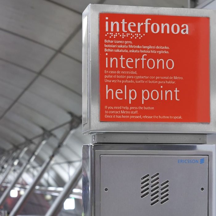 Trilingual sign; in Basque, Spanish, and English. Key info is also provided in Braille.