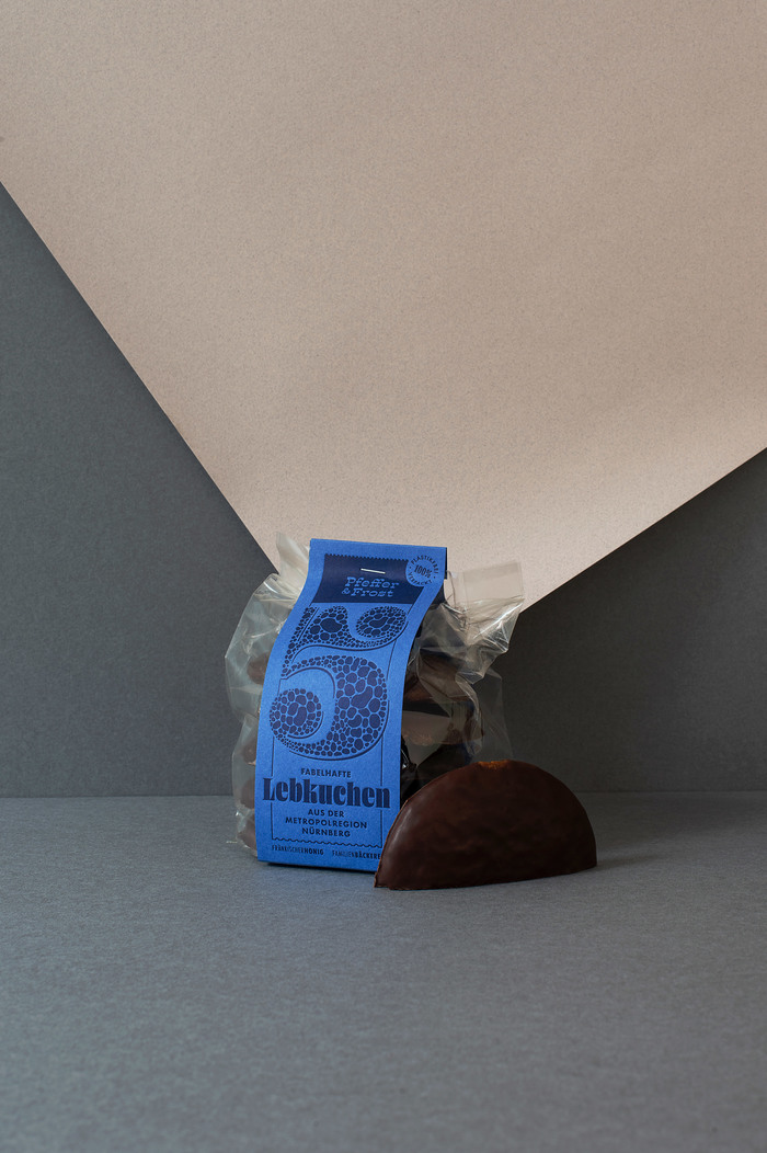 Embossed lettering and type on the banderole for the Lebkuchen packaging.