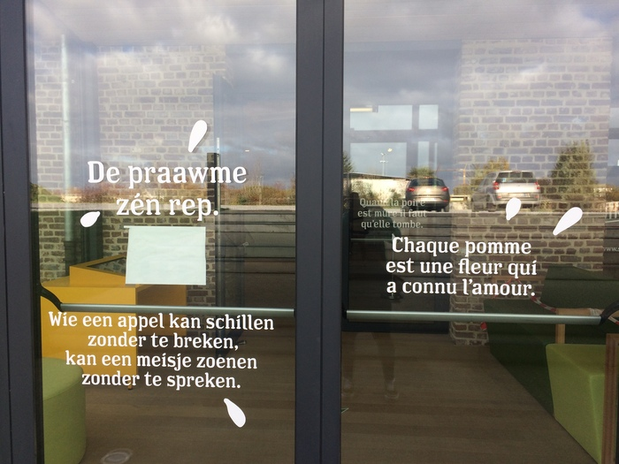 The windows of the visitor center are decorated with fruit-themed sayings, in French, Flemish (Dutch), the local dialect, …
