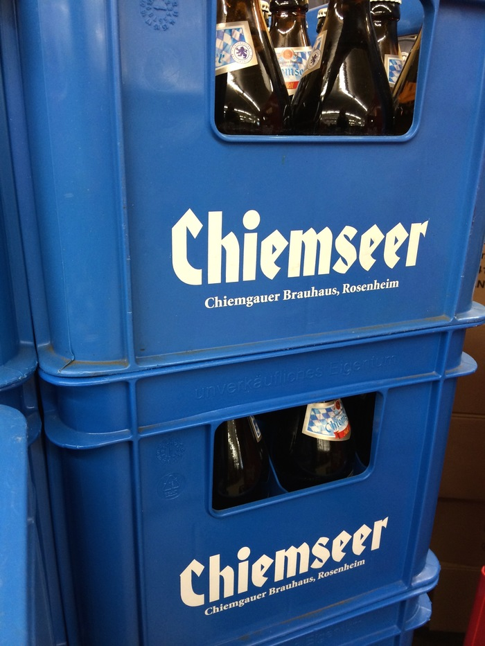 Crate from 2014, with the brewery's name in  Black. Formerly doing business as Chiemgauer Brauhaus, it was renamed to Rosenheimer Spezialitätenbrauerei following the lawsuit.