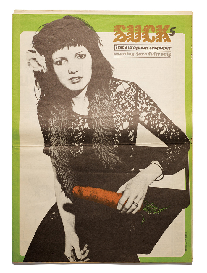 Suck no. 5, May 1971. A smaller logo with redrawn letterform including ball terminals, paired with lowercase  Italic for all information. This issue was art directed by . The cover photo is by Anna Beeke.