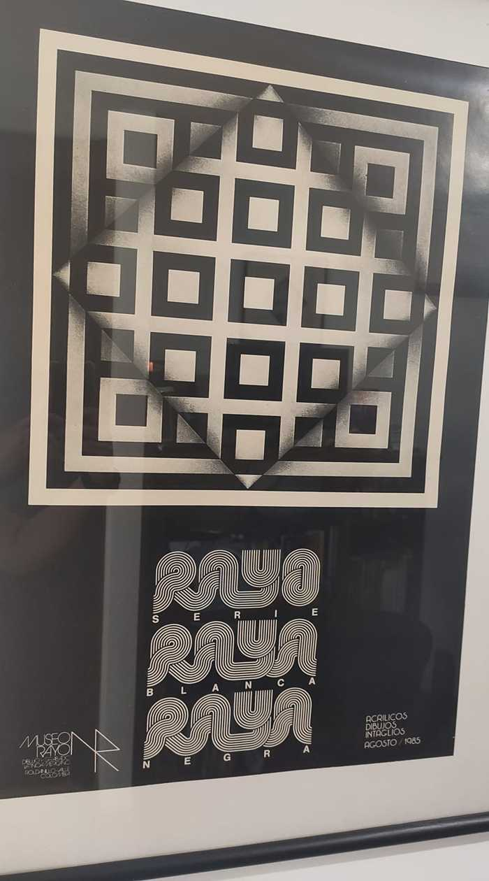Poster for Rayo Serie Raya Blanca Raya Negra (1985), featuring  and . The Museo Rayo logo at the bottom left is based on , while the text at the right is set in caps from .
