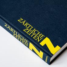 <cite>Rayk Goetze – Zärtliche Zeiten</cite>