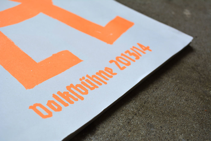 "The cover and a few divider pages like this one are printed in orange. Only there, the letterforms are scribbled. The rest shows the glyphs as they are included in the fonts, be they razor-sharp or chubby. The stacked letters for neu (""new"") were handdrawn after the ultrablack Avebury, which was designed in 2005 by Jim Parkinson, ""inspired by an early blackletter from the Caslon Foundry""."
