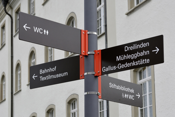The lines are sometimes flush-left, sometimes flush-right – but always aligned to the outside. It may sound logical, but that's first news to most German signmakers.