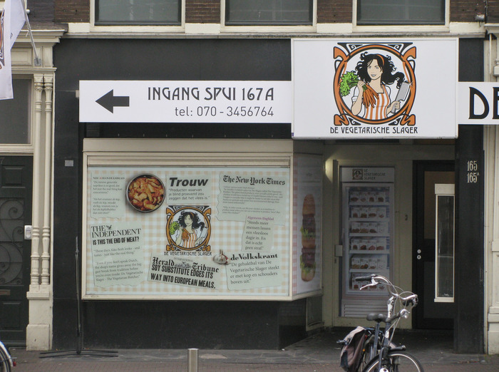 Sign at the concept store in The Hague, combining Desdemona and FF DIN.