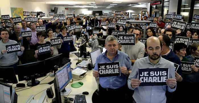 Les journalistes de l'AFP ont symboliquement posé avec des affichettes «Je suis Charlie» dans leur rédaction parisienne.
