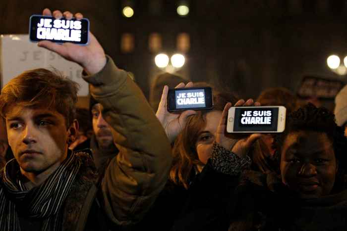 Des personnes affichaient de lumineux «Je suis Charlie» sur leur écran de portable.