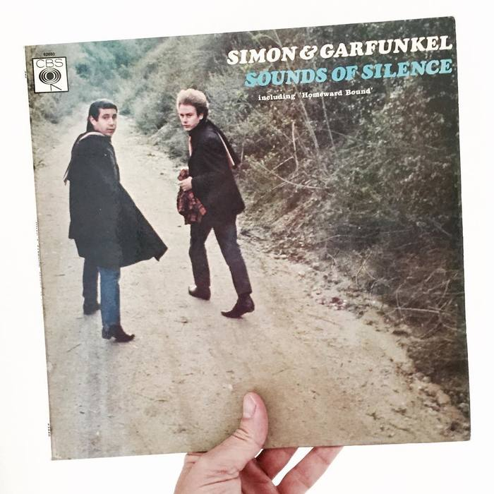 """First US stereo release. Simon & Garfunkel in white lettering. Sounds of Silence in blue on one line underneath. No song listing. Later stereo issues had the songs listed on the cover."" — Discogs"