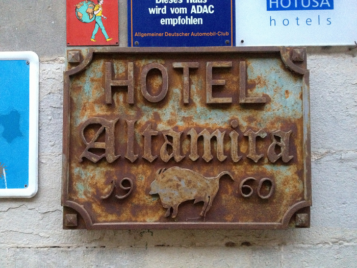 Hotel Altamira (Santillana del Mar) sign