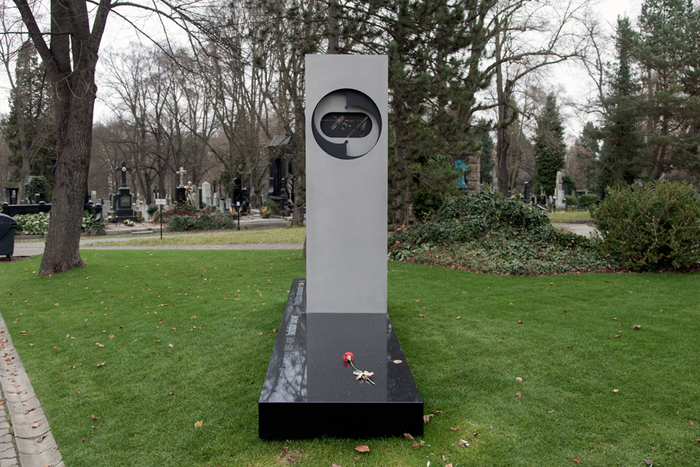 Ladislav Sutnar's gravestone 1