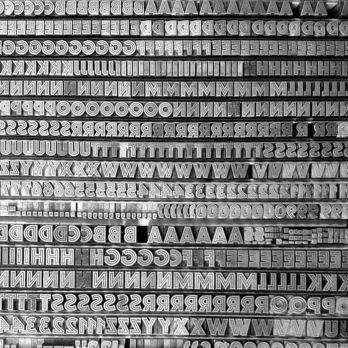 The real Helios can be found in the collection of the p98a letterpress workshop in Berlin. This snapshot of a case with metal sorts in two sizes reveals that the fonts have more to offer than only caps: there are numerals, punctuation marks, and even section signs (§).
