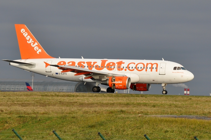 The iconic livery with the easyJet.com web address (A319-111 at CDG)