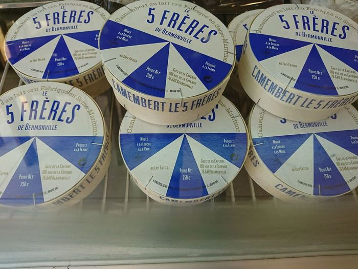 Le 5 Frères boxes displayed in a refrigerated stall. Le 5 Frères is mainly sold at local markets, cheese shops and delicatessen, and is also on the menu of several restaurants across Normandy.