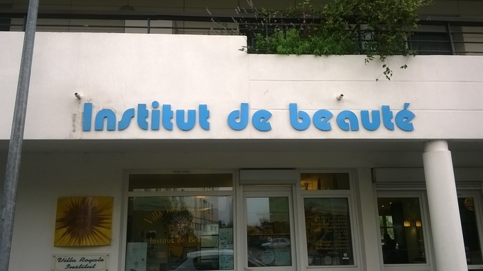 Institut de beauté, a beauty salon, in blue Pump Bold.