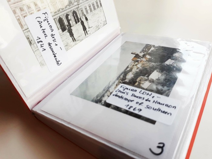 All the photographs are followed by a sticker with a respective label. That is not only important because it gives information about the images (title, author, date), but because it slightly covers them.